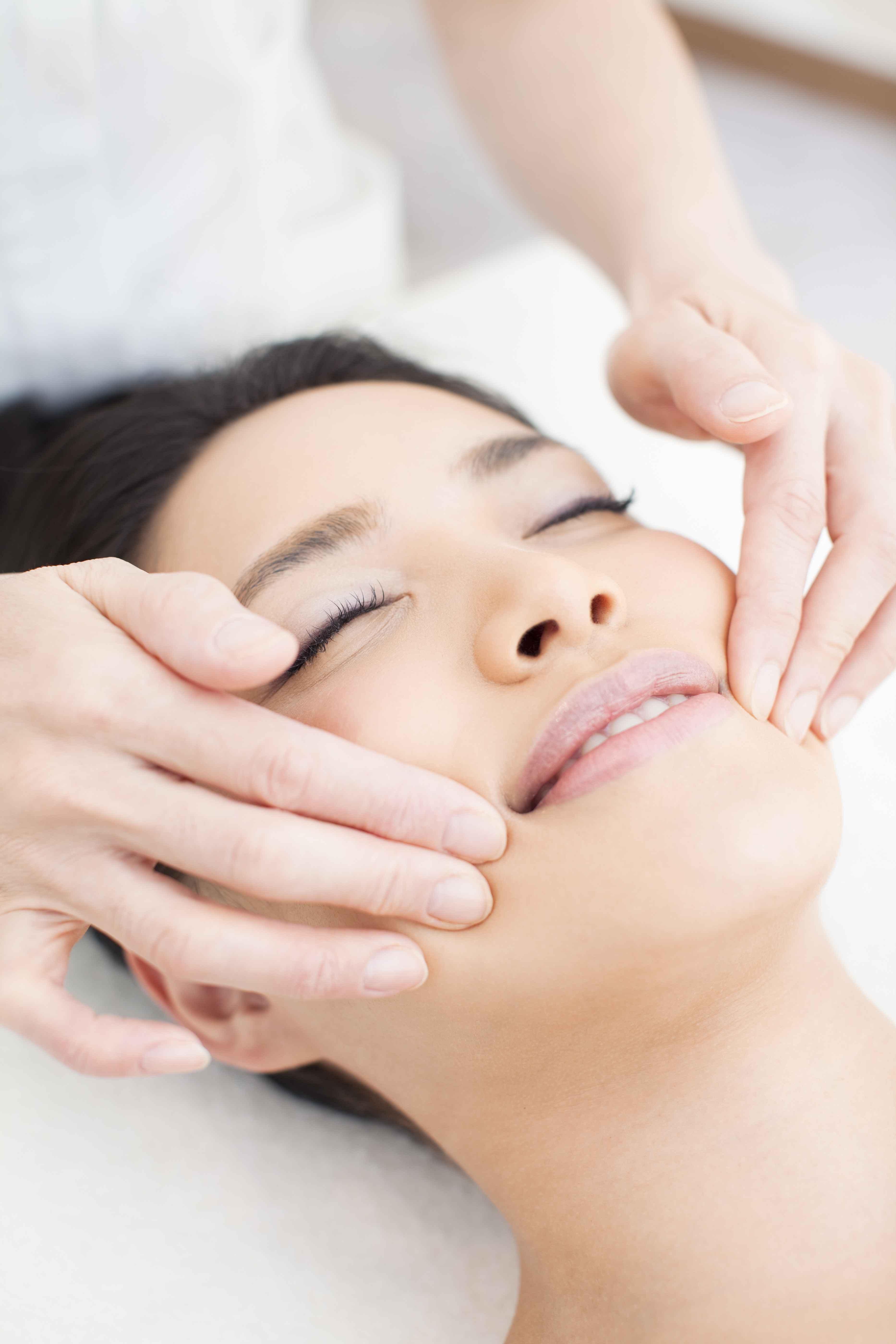 美容按摩面部手法怎么按摩脸部美容效果好