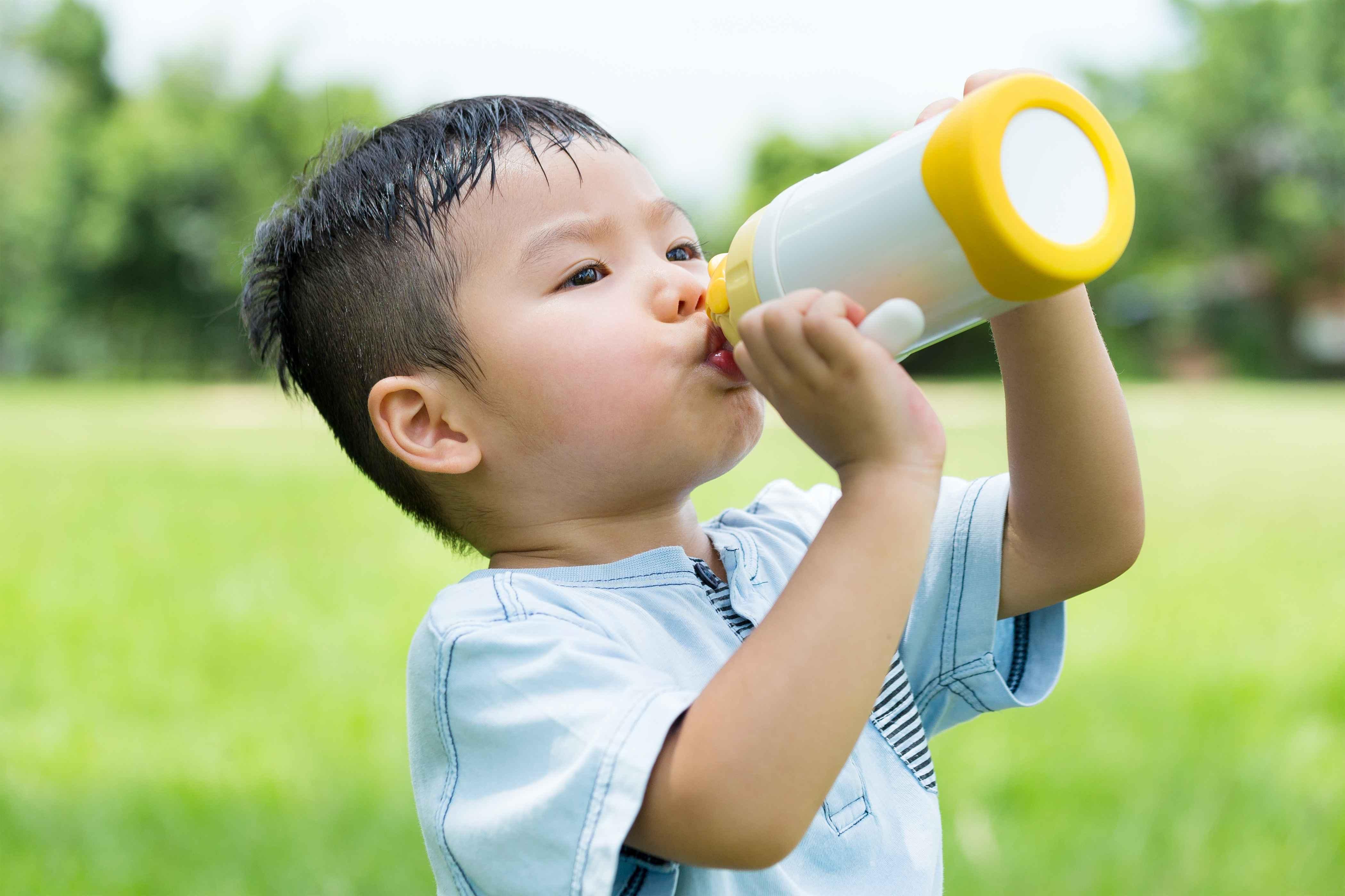 怎么喝水的正确不同人群喝水有差异