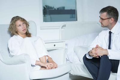 女性尿道感染小腹坠痛的原因 女性尿道感染如何治疗