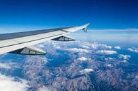 英航航班降落时遭强风 机身大幅度左右摇摆倾斜45度