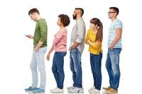 走路看手机罚10元 走路看手机易造成这些祸害